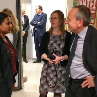 Regionalkoordinatorin Shamila Borchers im Gespräch mit Konrad Wolf, Wissenschaftsminister von Rheinland-Pfalz. Foto: ArbeiterKind.de/ Wolf Dermann