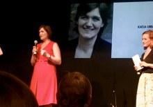 Aufnahme von der Preisverleihung: Katja Urbatsch spricht auf der Bühne ins Mikrofon (Foto: Wolf Dermann)