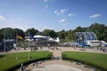 Aufnahme aus einem Schlossfenster auf das Bürgerfest (Foto: Presse- und Informationsamt der Bundesregierung)