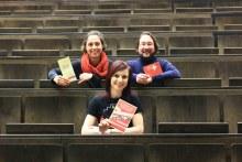 Die ArbeiterKind.de-Gruppe in Dresden mit Julia, Matthias und Jenny in den Hörsaalreihen.