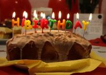 Kuchenbild: Ein Zitronenkuchen in Kastenform mit brennenden Kerzen in Buchstabenform. Und da steht Happy Birthday. (Foto: ArbeiterKind.de)
