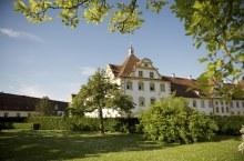 Ein Gebäude der Schule Schloss Salem im Sommer. Es ist grün und die Sonne scheint.