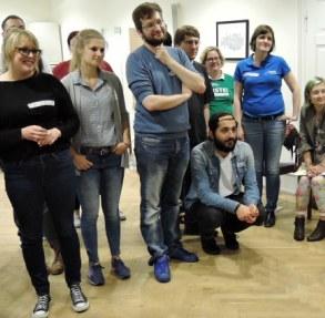 Gruppen am Menschen, die konzentriert in eine Richtung schauen. Die Kamera fängt nur die Zuschauer ein. (Foto. ArbeiterKind.de)