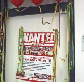 Die Tür zu unserem Regionalbüro ist mit Luftballons und Luftschlangen geschmückt.