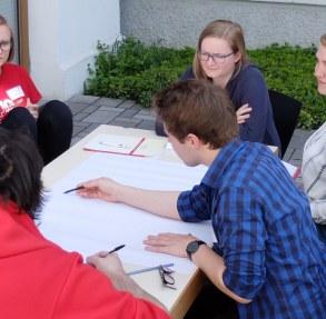 Gesprächsrunde auf der Terrasse während des Regionaltreffens 2018 in Gießen