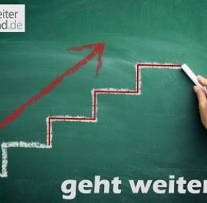 """Grafik: Kreidetafel mit der ArbeiterKind.de-Treppe und einen Pfeil nach oben sowie dem Text """"geht weiter"""""""