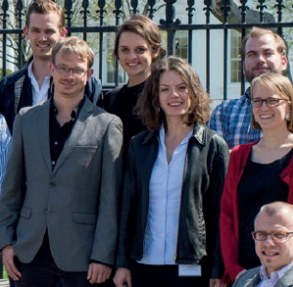Ausschnitt aus dem Flyer des ERP-Programms: Ein Gruppenfoto mit neun Stipendiatinnen und Stipendiaten (Quelle: Studienstiftung des deutschen Volkes)